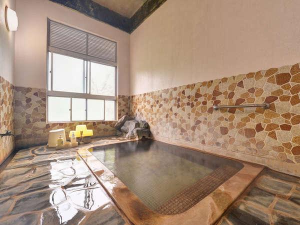 *義経の湯/お湯の熱さは約38℃。当館の源泉の中では、一番温度が低く湯冷めしにくい温泉です。