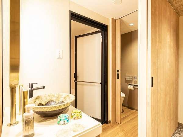 (ミュッセ)ハリウッドツインの洗面台と浴室(お部屋によってレイアウトが異なる場合がございます。)
