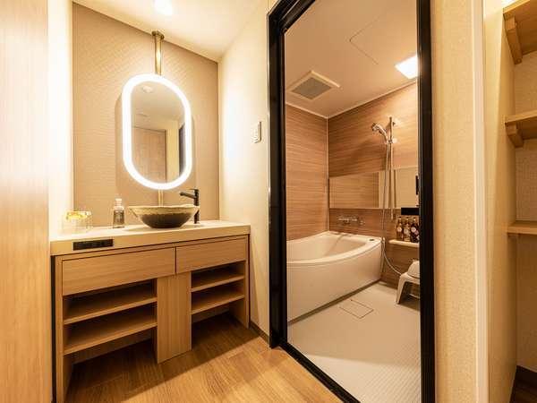 トリプルの洗面台とお風呂 (お部屋によってレイアウトが異なる場合がございます。)
