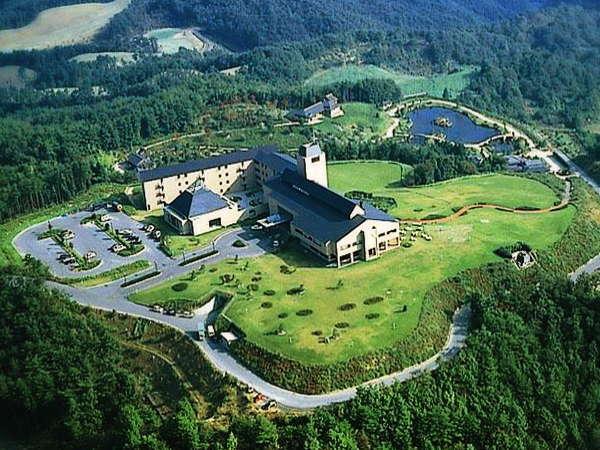 標高600メートルの高原の中のリゾート施設。周辺の山々を見下ろす景色。