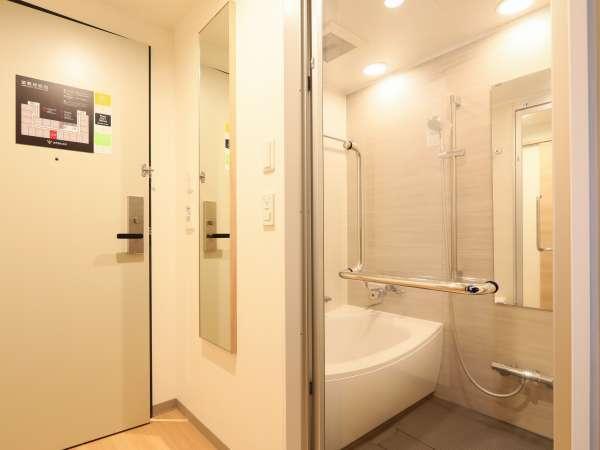 バスルームの扉はスーペリアツイン以外ガラス扉でございます。