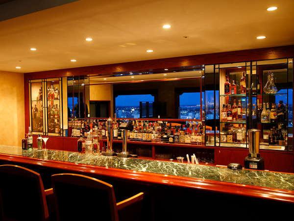 バーラウンジ「アストラル」のバーカウンター。夜景を見ながらお楽しみください