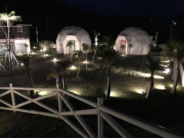 大自然に囲まれた奄美の宿泊施設の夜景