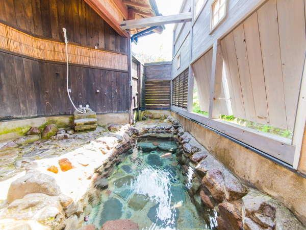 【貸切風呂】跳ね上げ窓から花合野川も見られます。5月下旬から7月初旬ごろ蛍も見られます。
