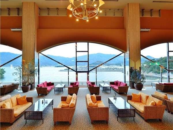 【1階カフェ セラヴィ】美しい瀬戸内海を眺めながらごゆっくりとお過ごしください。