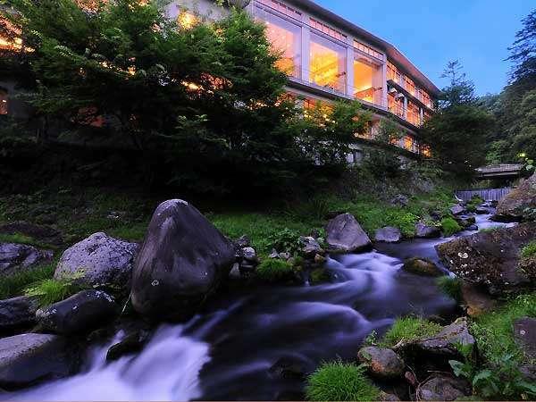 清流と光…夕暮れの滝の湯