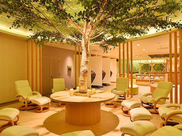 温泉ゆあがり通りリラックスエリア『森の音』には様々なタイプのソファ&チェアが用意されています