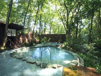 男性露天風呂はすぐ近くに川が流れ、川の瀬音を聞きながらのご入浴が楽しめます。