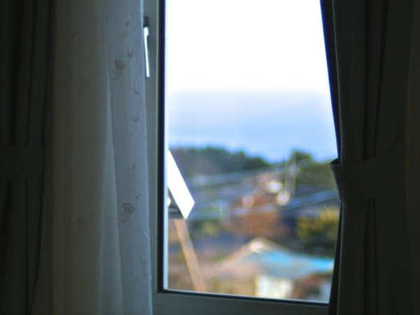 【海をのぞむゆったり和洋室2階】窓からの海