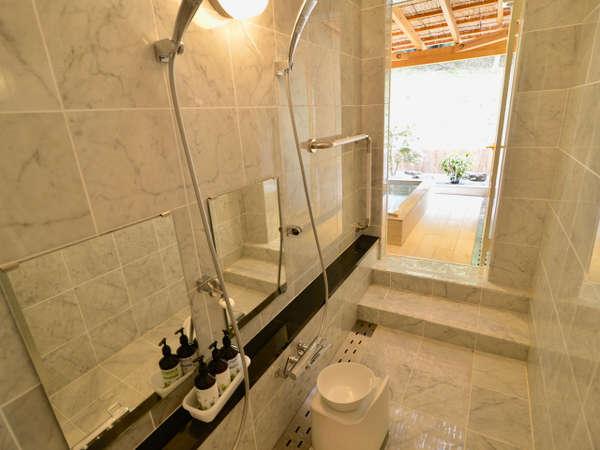 大理石の洗い場とひろびろ露天風呂。こちらも貸切でご利用いただきます。朝10時までいつでも空いてます!