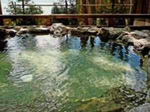岩造りの天然温泉貸切露天風呂「翡翠」 目の前に支笏湖がご覧いただけます。