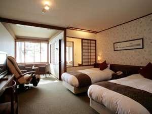 檜造りの浴室から支笏湖を一望できるデラックスツインルーム