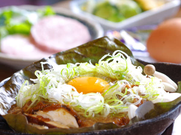 *【朝食】自家製朴葉味噌が朴葉の上で焼かれ、何ともいい匂い。ご飯のお供に最高です。