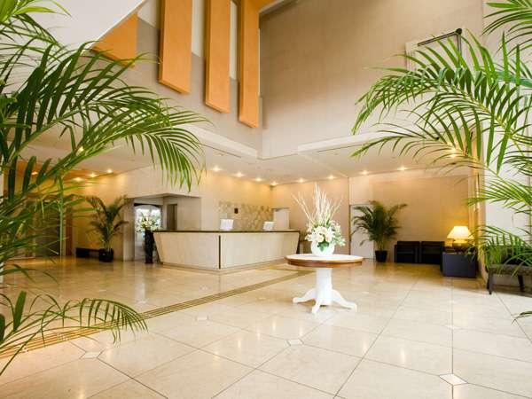 ガラスの壁で自然光を取り入れた光溢れるエントランス。たくさんの観葉植物で温かくお出迎え♪