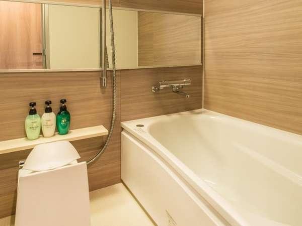 一般客室のバスルーム(1216サイズ)。バスタブ、シャワー、洗い場を完備。