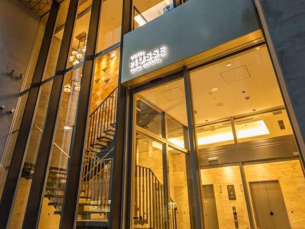 [エントランス]フロント・ロビーへはエレベーターもしくは吹き抜けの階段をご利用ください。