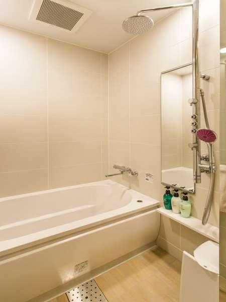 13階バスルーム(1416サイズ)。バスタブ、シャワー(オーバーヘッド・ボディシャワー)、洗い場を完備。