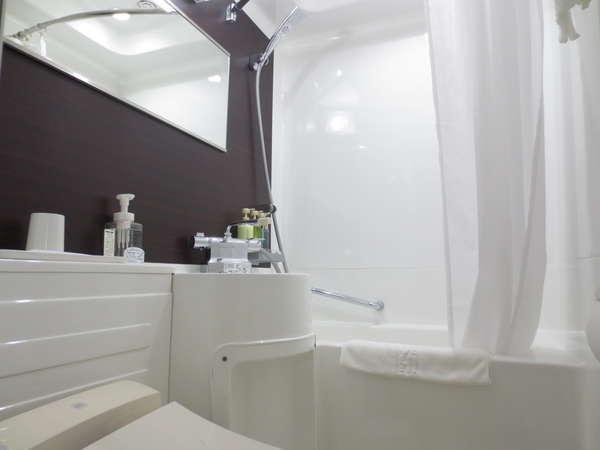 【バスルーム】白を基調とした清潔感溢れるユニットバス☆