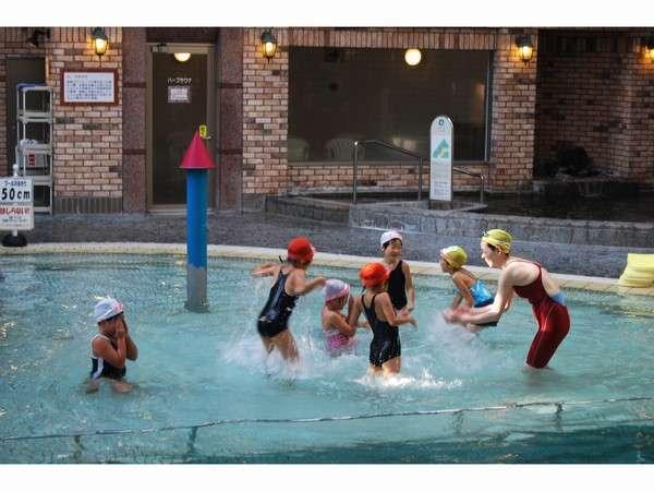 館内プールでは水深50cmのお子様向けの場所もありますよ!