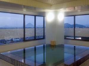 讃岐平野と讃岐富士が一望できる男性展望浴場。