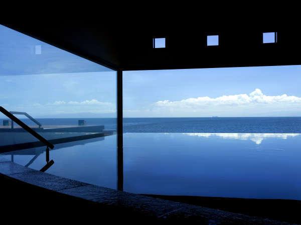 【天宮の雫(2階・内湯)】海と空の景色が湯に入り込む中で、開放的なひと時を