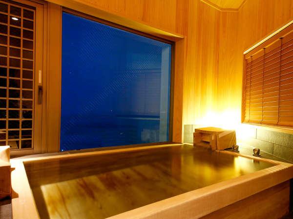 【特別フロア「里楽」グランデルームA(展望檜風呂付)】温泉に浸かり美しい海をご覧いただける展望檜風呂