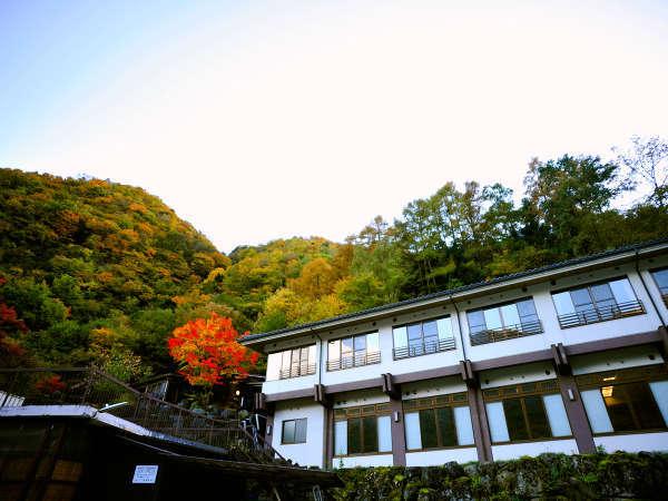 *【当館外観】山あいの景色を楽しめるお部屋からは四季の移ろいを感じることができます。
