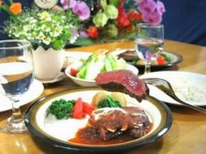 牛ステーキがメインの豪華ディナー