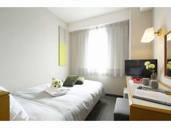 シングルルームには全室セミダブルベッドを使用しています。