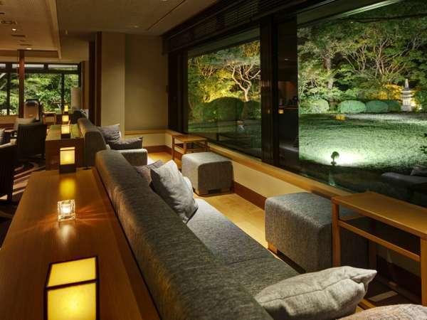 ジャズ音楽が流れるラウンジ。16時~18時はワインや日本酒などもご用意しております。