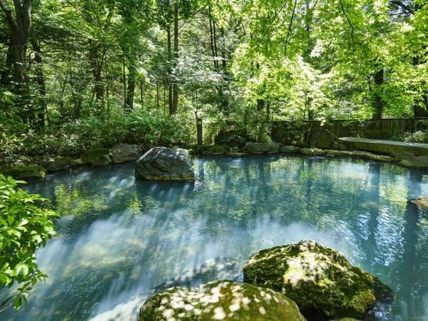 緑のカーテンに包まれた自然と一体化する当館最大の露天風呂
