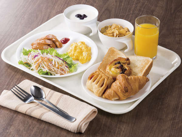 お好きな焼き立てパンに、ウインナーやサラダなどで大満足な朝食に。一日の元気を手軽にチャージできます。