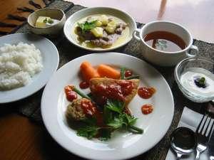 夕食は洋風家庭料理(イメージ)