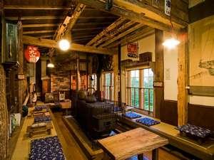 開拓時のとん田造りの館内。大きな薪ストーブがあるロビー