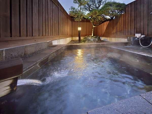 露天風呂付特別室 松の間。4名様でもゆっくり入れます。