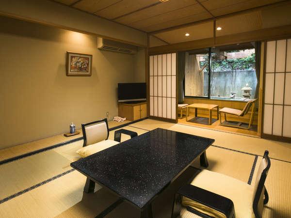 【露天風呂付和室10帖(一例)】当館の客室は純和風の落ち着いた雰囲気です。