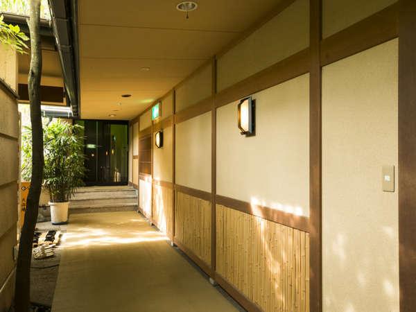 渡り廊下のイメージは奥伊豆の自然と和の雰囲気