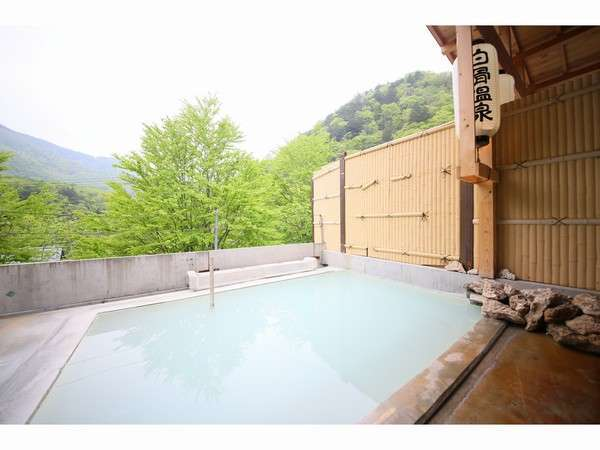 乳白色の温泉と白骨随一の景色が楽しめる露天風呂