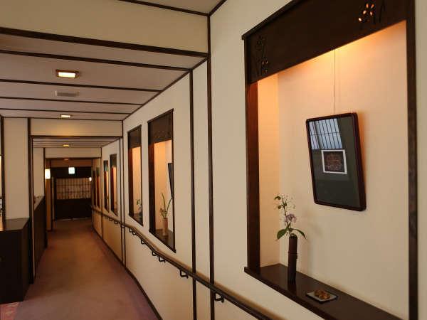 山のお花が飾られたお食事処までの廊下。小さなギャラリーのようです♪