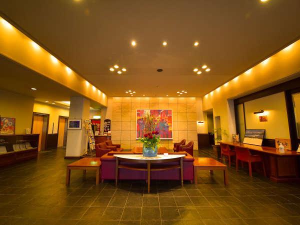 ホテル1階ロビー  季節の花がお出迎え 24時間対応 車椅子でも乗り入れ楽々自動ドア有