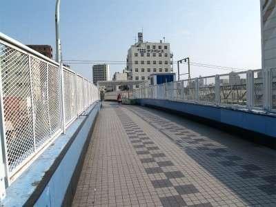 歩道橋を登るとすぐに右側にホテルが見えます
