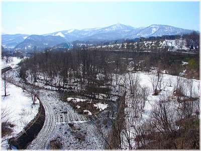 春浅い・・ 残雪の朝里川と毛無山