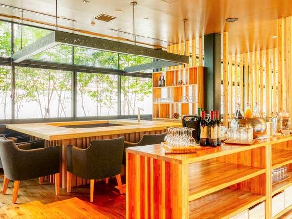 シェフメイドのおつまみやナチュールワインなどオールインクルーシブで寛ぐ宿泊者専用ラウンジ