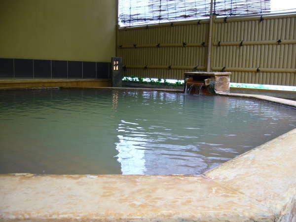 【和風露天風呂】木の温もりを感じられる和風露天風呂です。