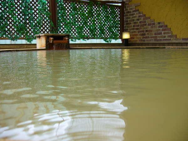 【洋風露天風呂】白を基調とした洋風露天風呂です。