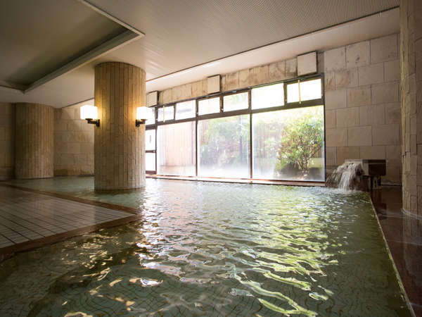 【本館大浴場】アルカリ性単純温泉という泉質で刺激も少なく、ご年配の方からお子様まで安心して入れる温泉