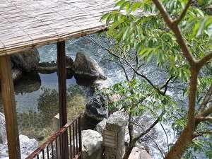 露天風呂からは、日高川と四季の景色と温泉が楽しめます