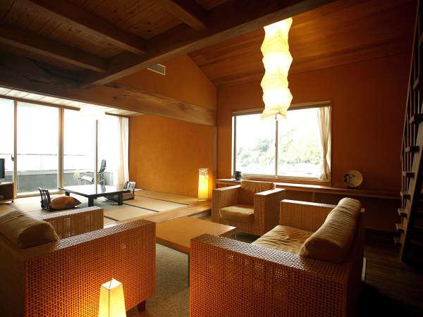 【特別室リバースイート】河畔の景色を眺める特別室。和室、リビング、メゾネットでゆったりと(一例)。