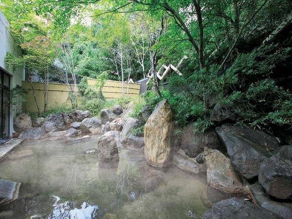 森に囲まれた温泉露天風呂でぽかぽかに♪