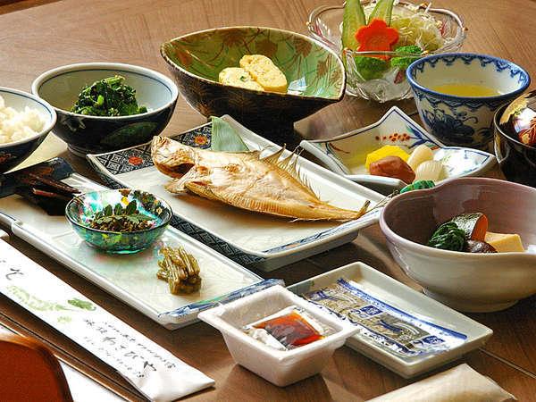 *朝食(一例) ボリュームたっぷりの朝食は野菜の甘みや魚のうまみなど自然の温かみを感じられます。
